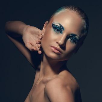 Piękna caucasian kobieta z artystycznym makeup