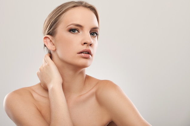 Piękna caucasian kobieta z naturalnym makeup