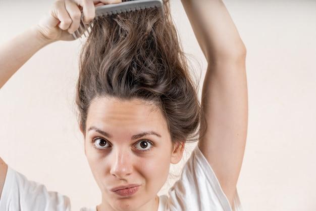 Piękna caucasian kobiety dziewczyna z mokrym upaćkanym mocno po skąpania. problem z cienkimi włosami. odosobniony