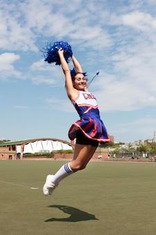 Piękna cheerleaderka w uroczym mundurze