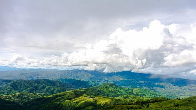 Piękna chmura nad pasmem górskim w północnej tajlandii