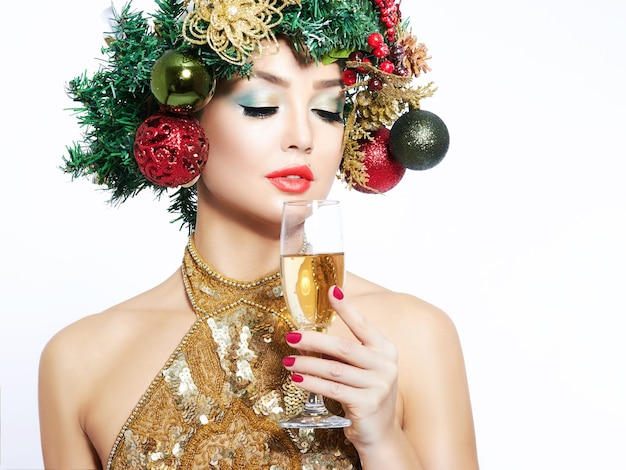Piękna choinka świąteczna fryzura i makijaż.