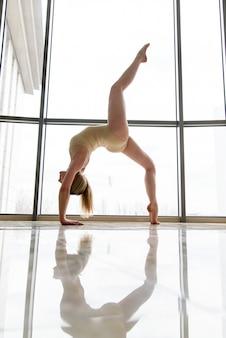 Piękna choreografka przy oknie.