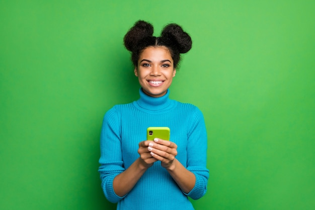 Piękna ciemnoskóra dama freelancer trzymać aparat wygląd telefonu