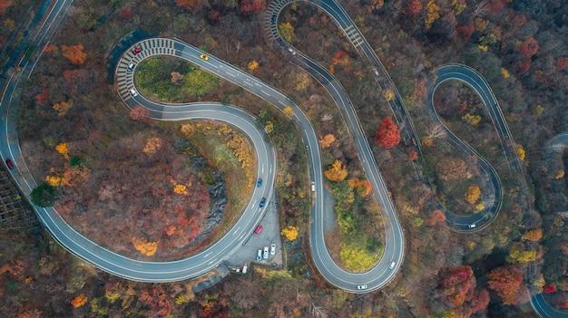 Piękna curvy ulica na nikko górze, japonia. widok z lotu ptaka