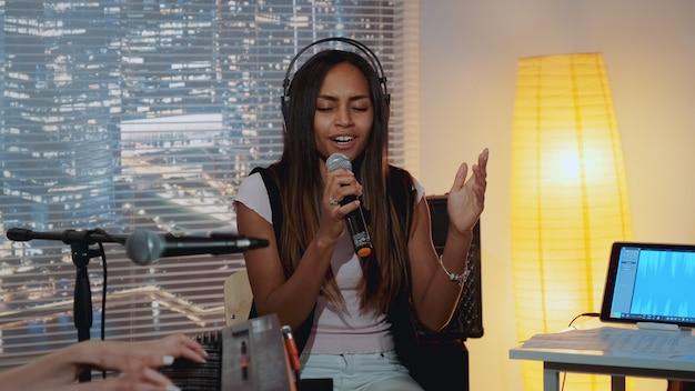 Piękna czarna kobieta emocjonalnie wykonująca piosenkę