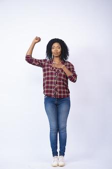 Piękna czarna kobieta gestykuluje zastaw z ręką na sercu