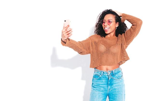 Piękna czarna kobieta z afro lokami fryzura
