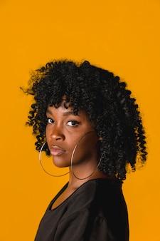 Piękna czarna młoda kobieta w studiu