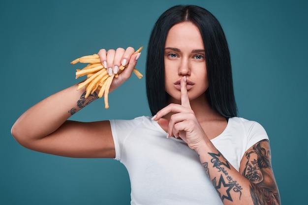 Piękna czarująca tatuaż dziewczyna z frytkami