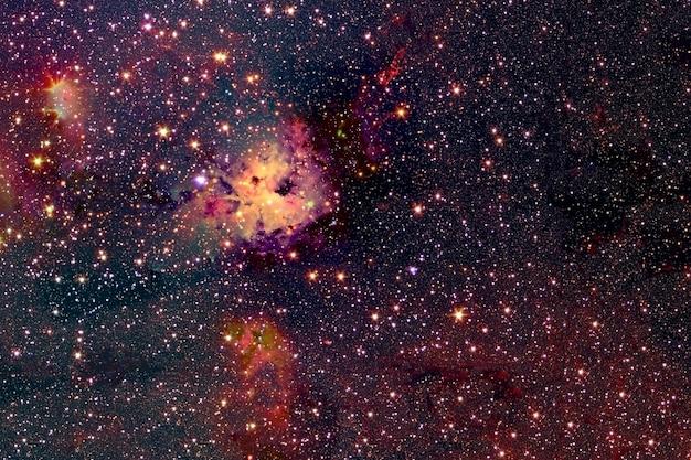 Piękna czerwona mgławica w przestrzeni kosmicznej. elementy tego obrazu dostarczyła nasa. w dowolnym celu.