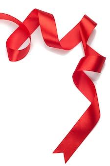 Piękna czerwona wstążka prezent na białym tle
