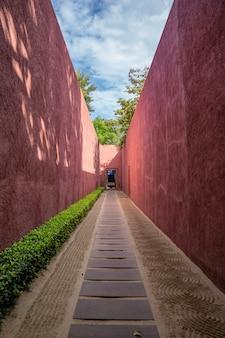 Piękna czerwona wyjątkowa ściana chodnika z abstrakcyjną teksturą dookoła.