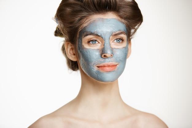 Piękna czuła naga kobieta w curlers włosy i twarzy ono uśmiecha się. kosmetyka dla zdrowia i pielęgnacji skóry.