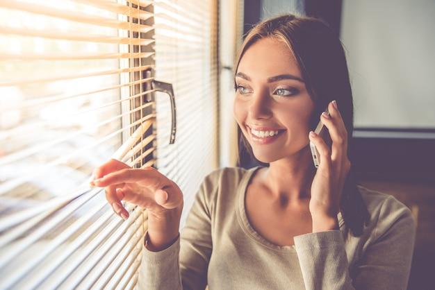 Piękna dama biznesu rozmawia przez telefon komórkowy
