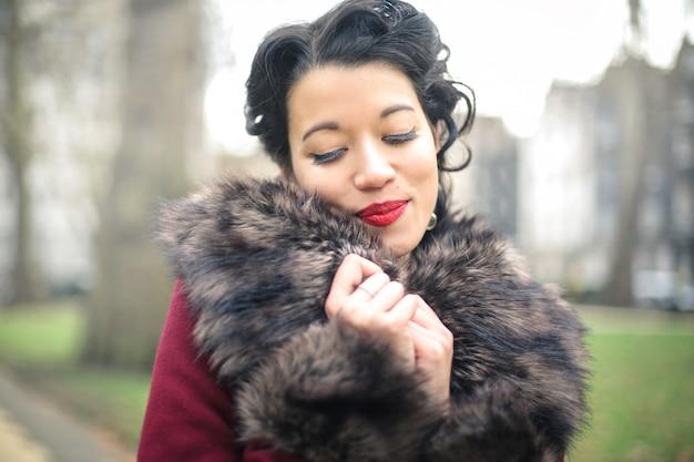 Piękna dama spaceru w parku w zimie