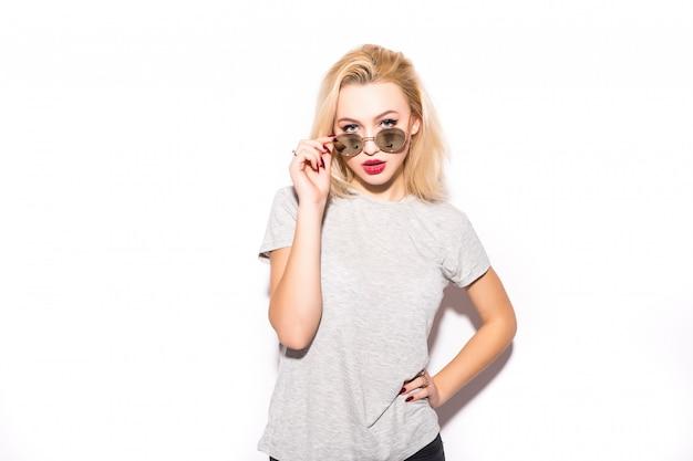 Piękna dama w nowoczesnych okularach przeciwsłonecznych patrzy na ciebie