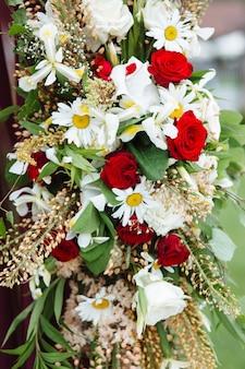 Piękna dekoracja kwiatowa, kwiaty i detale