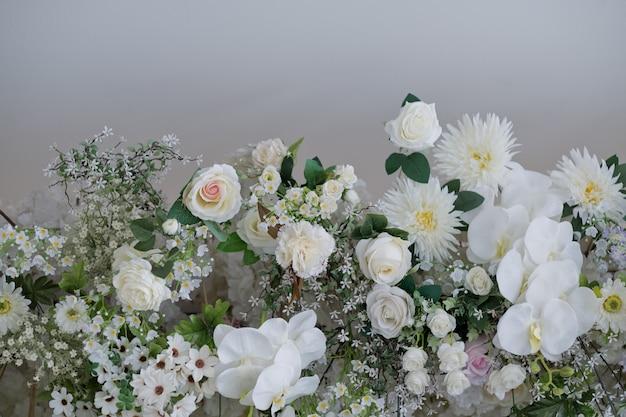 Piękna dekoracja kwiatowa