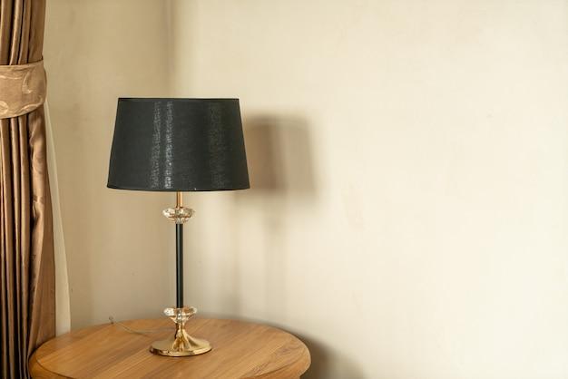 Piękna dekoracja lampy na drewnianym stole