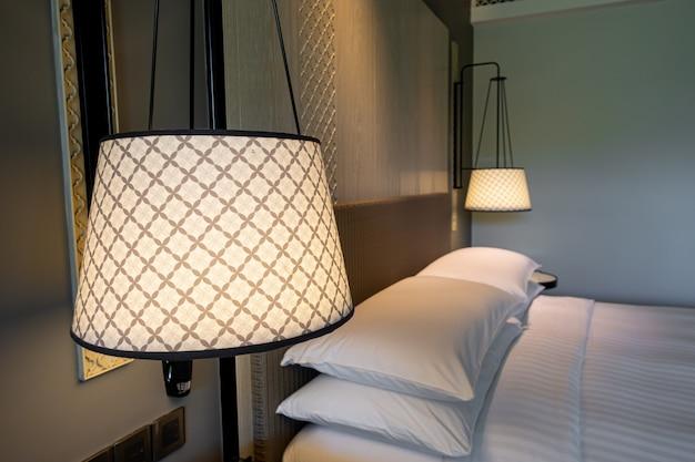 Piękna dekoracja lampy w sypialni