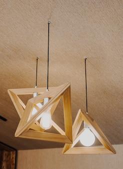 Piękna dekoracja lampy wiszącej na ścianie
