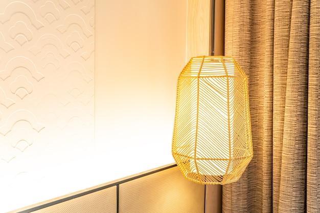 Piękna dekoracja lampy wiszącej w pokoju