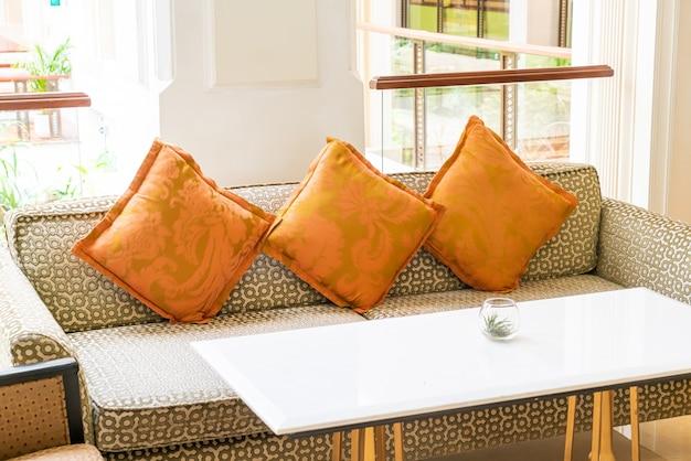 Piękna dekoracja poduszek na kanapie