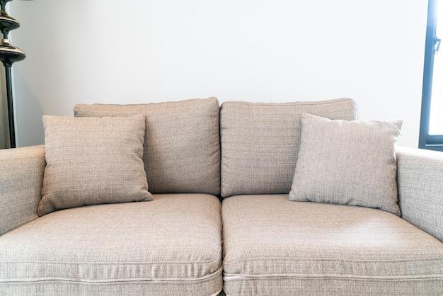 Piękna dekoracja poduszki na sofę w salonie