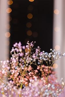 Piękna dekoracja śliczne małe suszone kolorowe kwiaty na ciemnej czerni, tapeta.