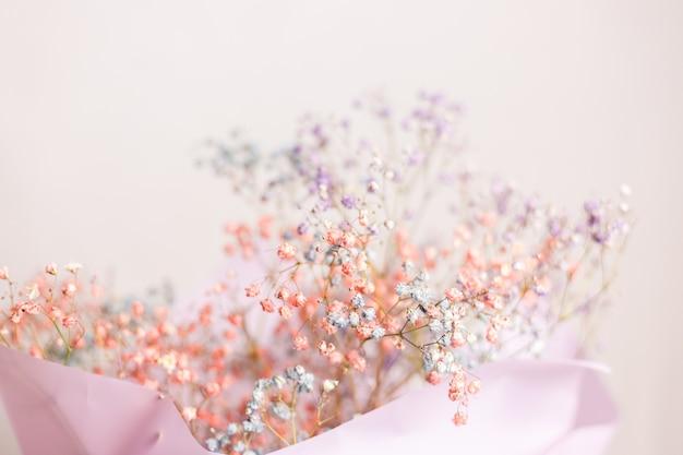 Piękna dekoracja śliczne małe suszone kolorowe kwiaty, tapeta.