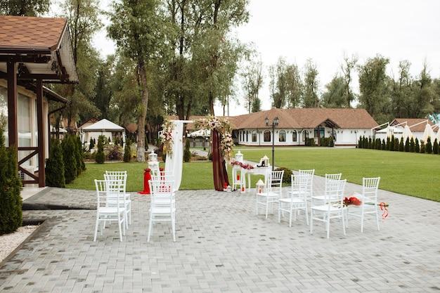 Piękna dekoracja ślubna, kwiaty i detale