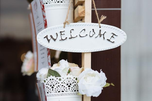 Piękna dekoracja ślubna ze znakiem powitalnym