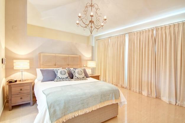 Piękna dekoracyjna sypialnia. w ciepłych kolorach.