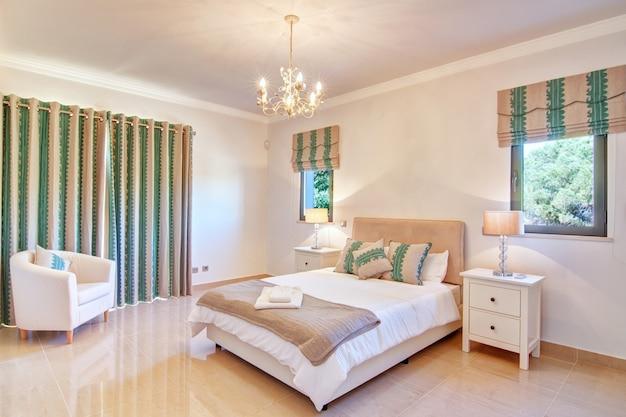 Piękna dekoracyjna sypialnia. w odcieniach zieleni.
