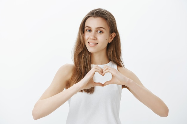 Piękna, delikatna dziewczyna wyraża uczucia, okazuje współczucie, czyni gest serca