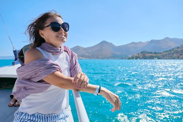 Piękna dojrzała kobieta cieszy się letnim morzem