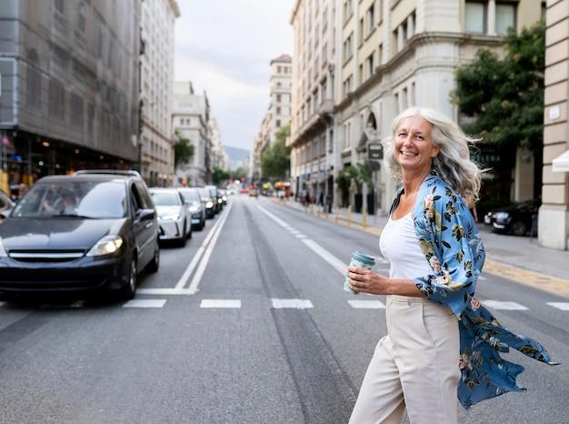 Piękna dojrzała kobieta spędzająca czas w mieście