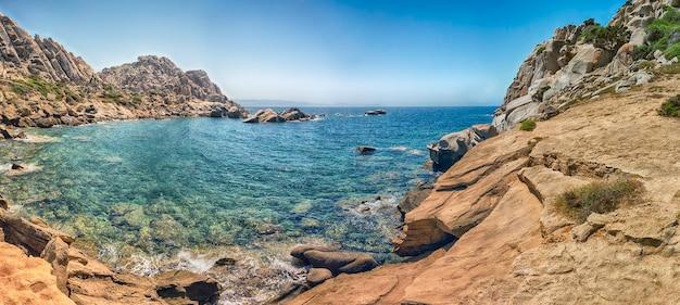 Piękna dolina księżyca (lub valle della luna), plaża usiana granitowymi skałami i jaskiniami w capo testa na sardynii we włoszech