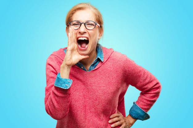 Piękna Dorosła Blondynki Kobieta Krzyczy Głośno Jak Szalony, Dzwoniący Z Ręką Z Gniewnym Wyrażeniem, C Premium Zdjęcia