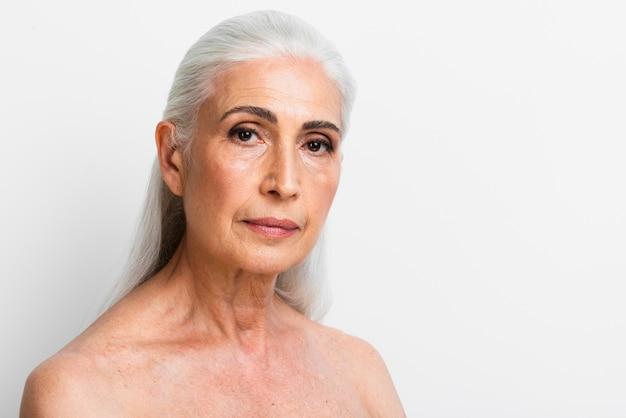 Piękna dorosła kobieta patrzeje kamerę