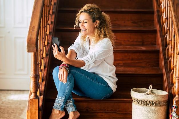 Piękna dorosła kobieta w domu podczas wideokonferencji