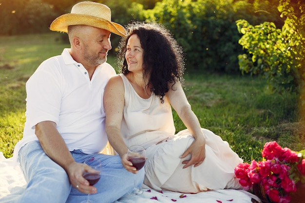 Piękna dorosła para spędza czas w letnim polu