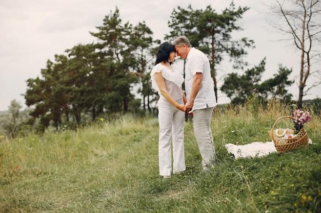Piękna dorosła para spędza czas w polu letnim