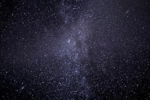 Piękna droga mleczna na nocnym niebie