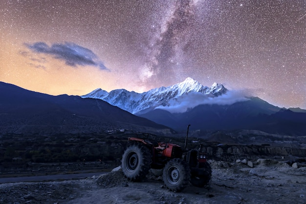 Piękna droga mleczna w jomsom muktinath annapurna circuit trek w nepalu