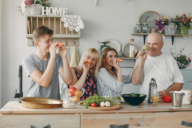 Piękna duża rodzina przygotowuje jedzenie w kuchni