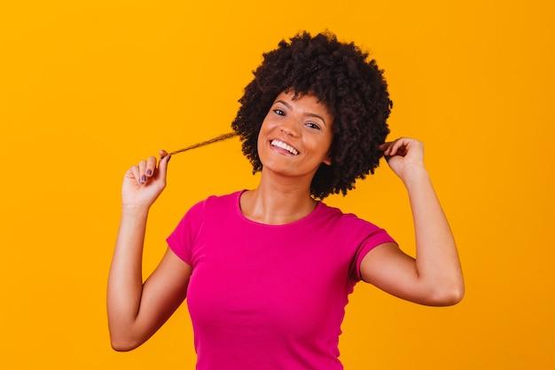 Piękna dziewczyna afroamerykanów z uśmiechem fryzurę afro. kobieta z czarnymi włosami mocy