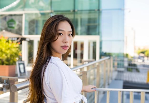 Piękna dziewczyna azjatyckich spaceru w centrum handlowym