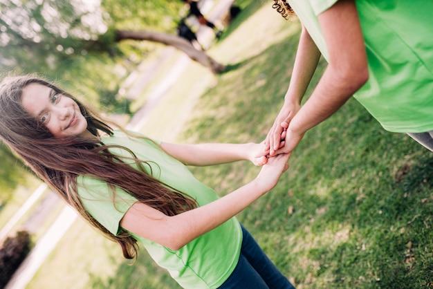 Piękna dziewczyna bawić się w parku z jej przyjacielem